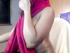 Ebony Arab hottie masturbates on a webcam