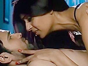 Best actress Bipasha kissing